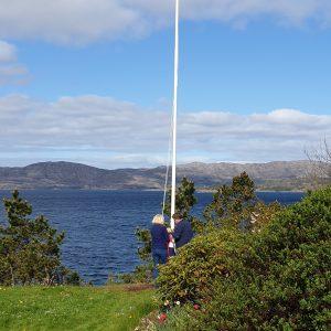 Aluminiums flaggstang montert i Bergen. Flaggstang leveres med høyt stativ på 1 meter, kule og line. Flaggstenger er lagervare.