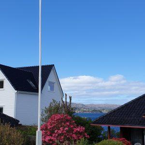 Montert aluminium flaggstang på Grimstadholmen i Bergen. Flaggstangen leveres med høyt stativ på 1 meter, kule og line. Flaggstang leveres med garanti og er vedlikeholdsfri.