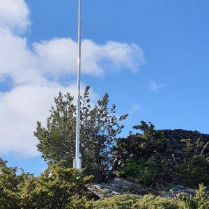 Montert aluminium flaggstang på Laksevåg i Bergen. Flaggstangen leveres med høyt stativ på 1 meter, kule og line. Flaggstang leveres med garanti og er vedlikeholdsfri.