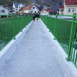 Smijernsrekkverk montert på bro
